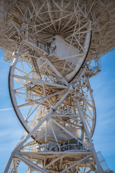 Zoomed in image of the Honeysuckle Creek antenna and X-Y mount and gears, showing two perpendicular horseshoe like structures